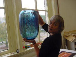 Thea Figee in atelier met nieuwe glasobject